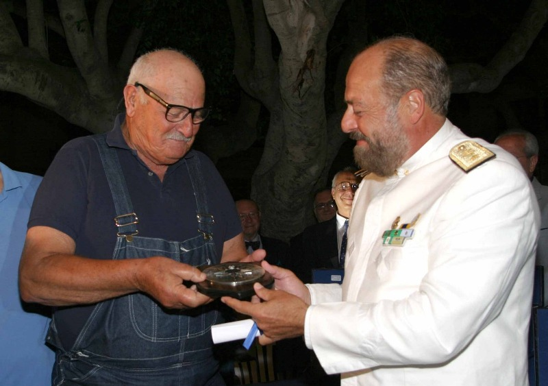 Ustica, l'Assessore Camillo Padovani consegna riconoscimento all'Ammiraglio Pace