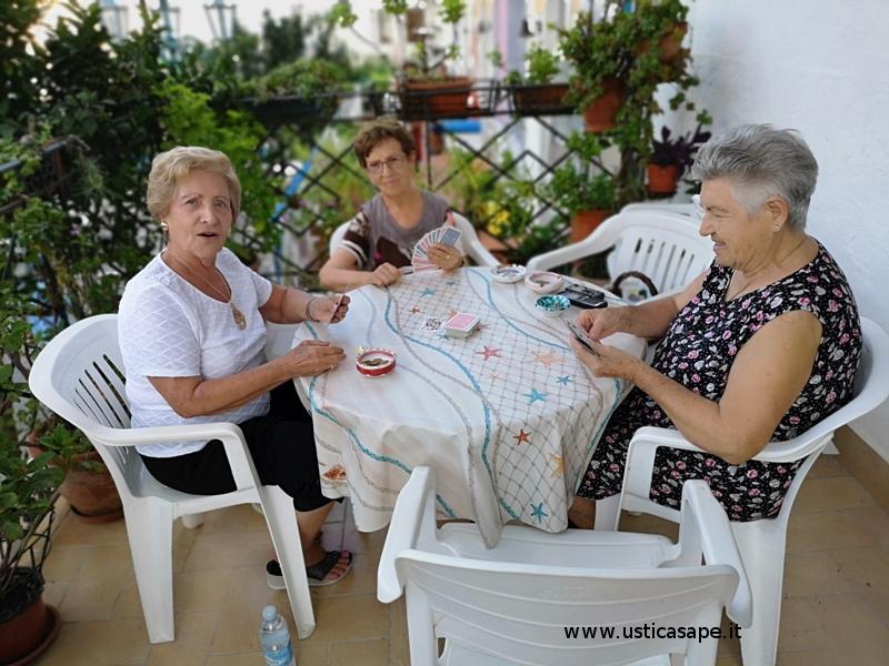 Ustica, i giovani di ieri giocano a carte, aspettando la quarta...