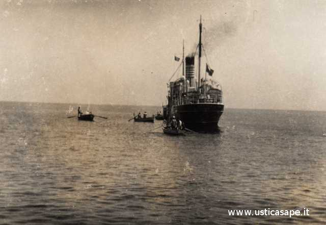 Ustica, barche in attesa sbarco passeggeri dalla nave in rada