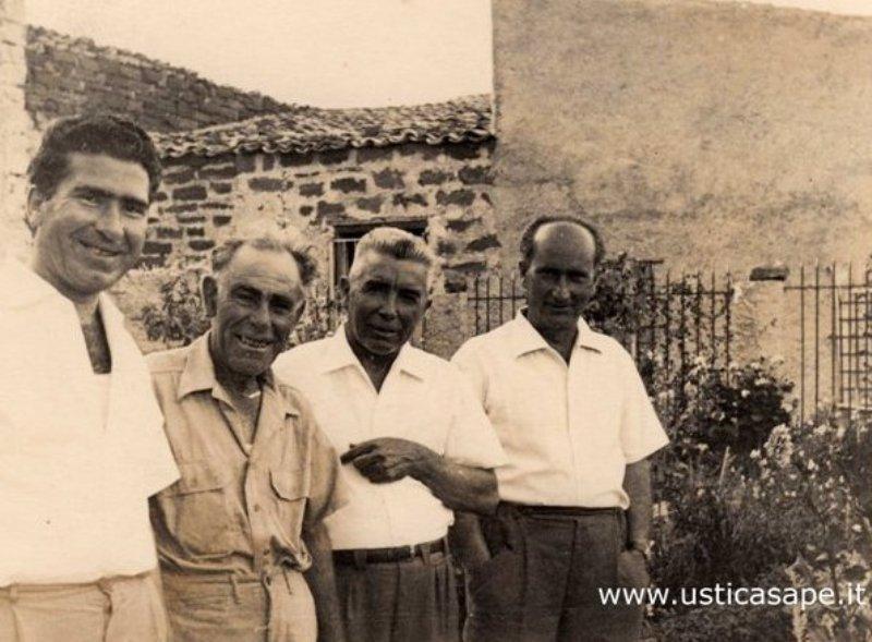 Ustica, quattro amici - foto ricordo