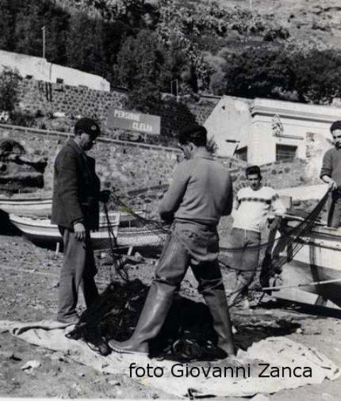Ustica, pescatori smagliano l'abbondante pescato del giorno
