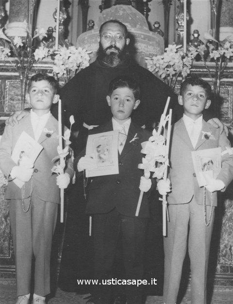 Prima Comunione, foto ricordo con Padre Carmelo