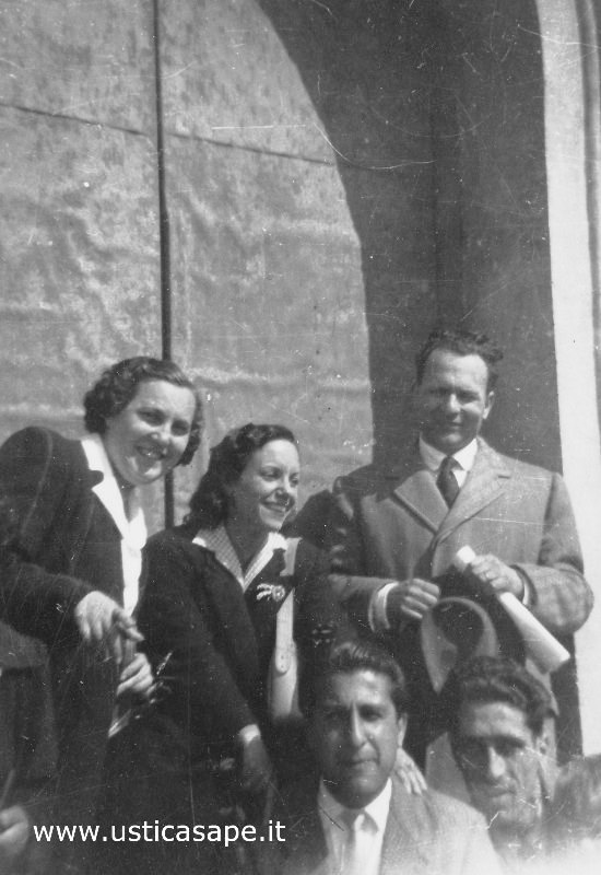 Insegnanti, foto ricordo davanti il portone della chiesa di Ustica
