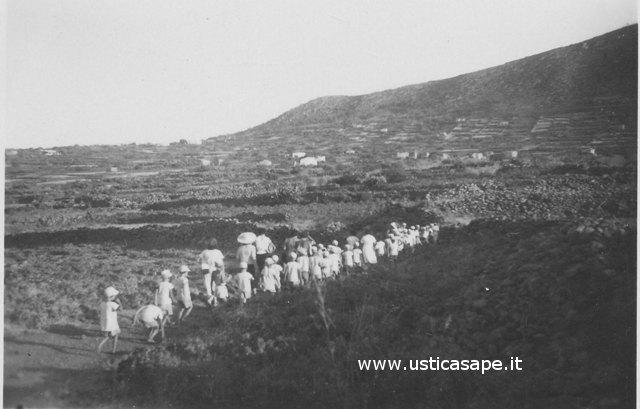 Ustica, partenza per la colonia estiva