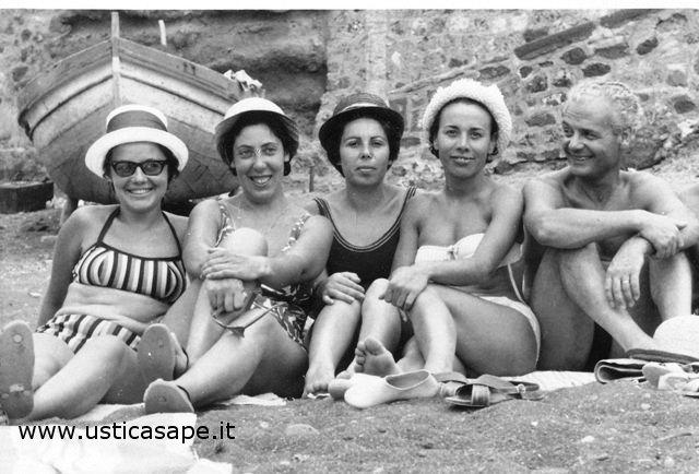 Ustica, ragazze nella spiaggetta di cala Santa Maria