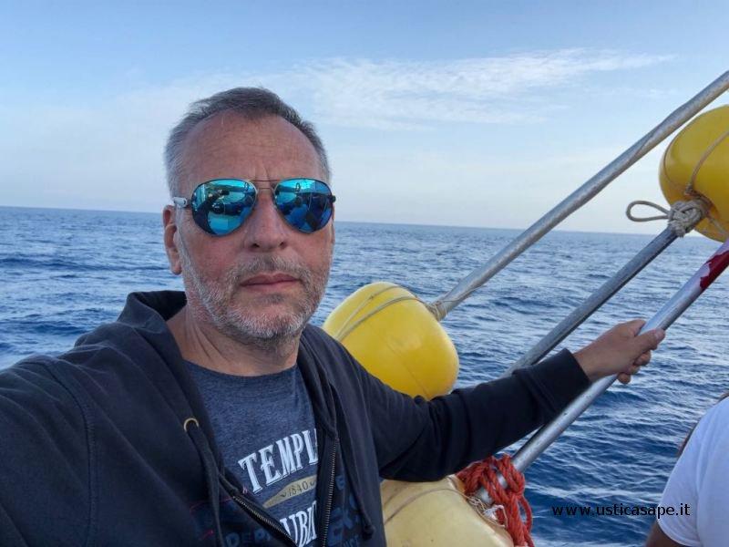 Giro in barca con Vincenzo Maria Maniaci, entusiasta delle bellezze di Ustica