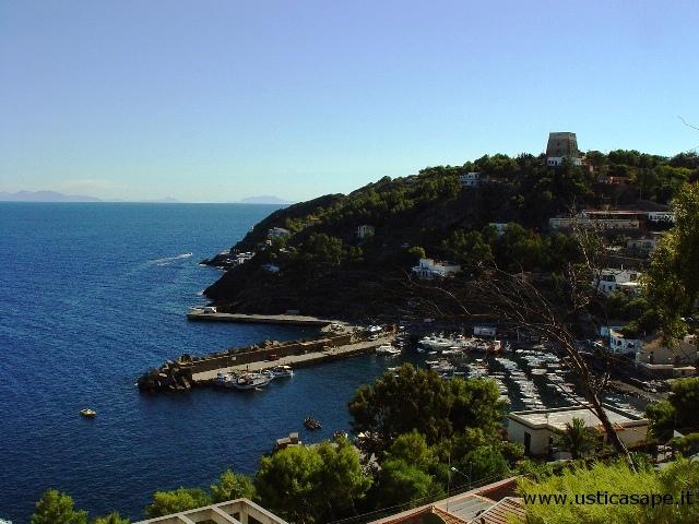 Ustica, porticciolo con vista montagne Sicilia