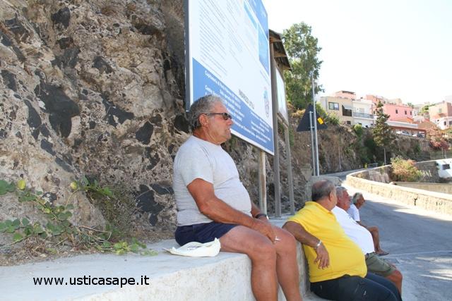 Pensionati attendono arrivo nave
