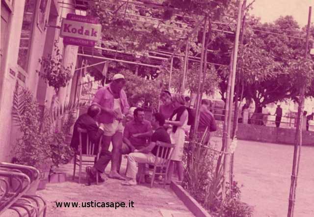 Ustica, appuntamento al bar