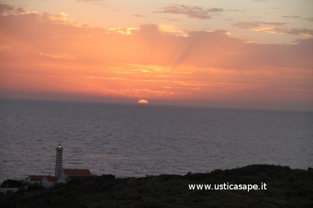 Ustica, tramonto con il faro