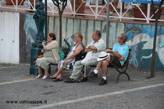 Ustica piazza, la panchina dei pensionati