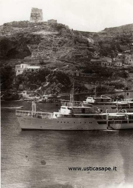 Ustica com'era - due navi per la gita domenicale - si stava meglio quando si stava peggio?...