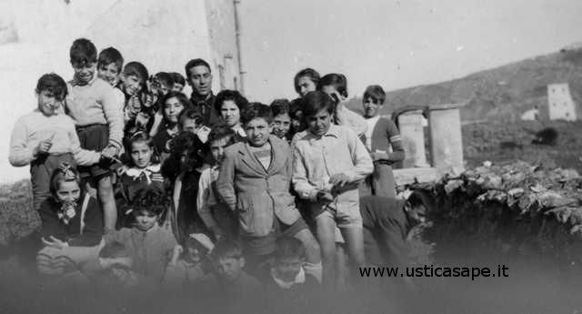 Ustica, un giorno di scuola all'aperto. Insegnante Egidio Licciardi