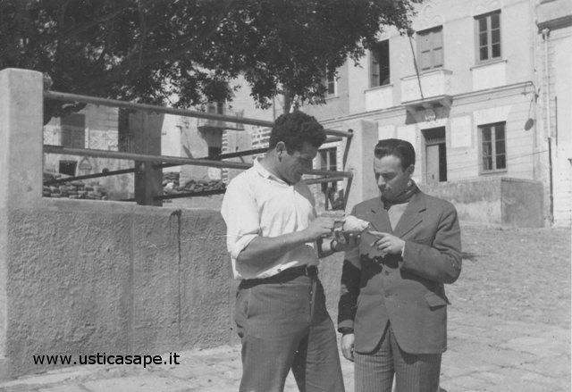 Ustica piazza, Camillo spiega come far suonare una conchiglia Gigante