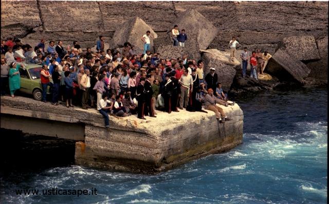 Manifestazione di protesta - blocco nave con Camillo  in prima fila seduto