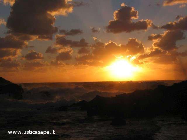 Ustica, tramonto, mare mosso