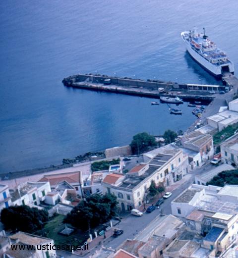 Ustica, piazza e porto visti dall'alto