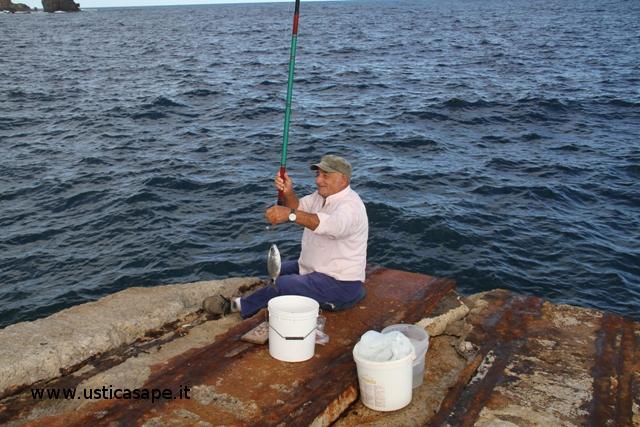 Ustica, la gioia di Pierino per aver pescato una bella occhiata