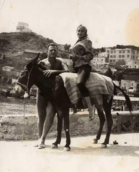 Ustica, Camillo accompagna la Gambineri nel giro dell'Isola con l'asino