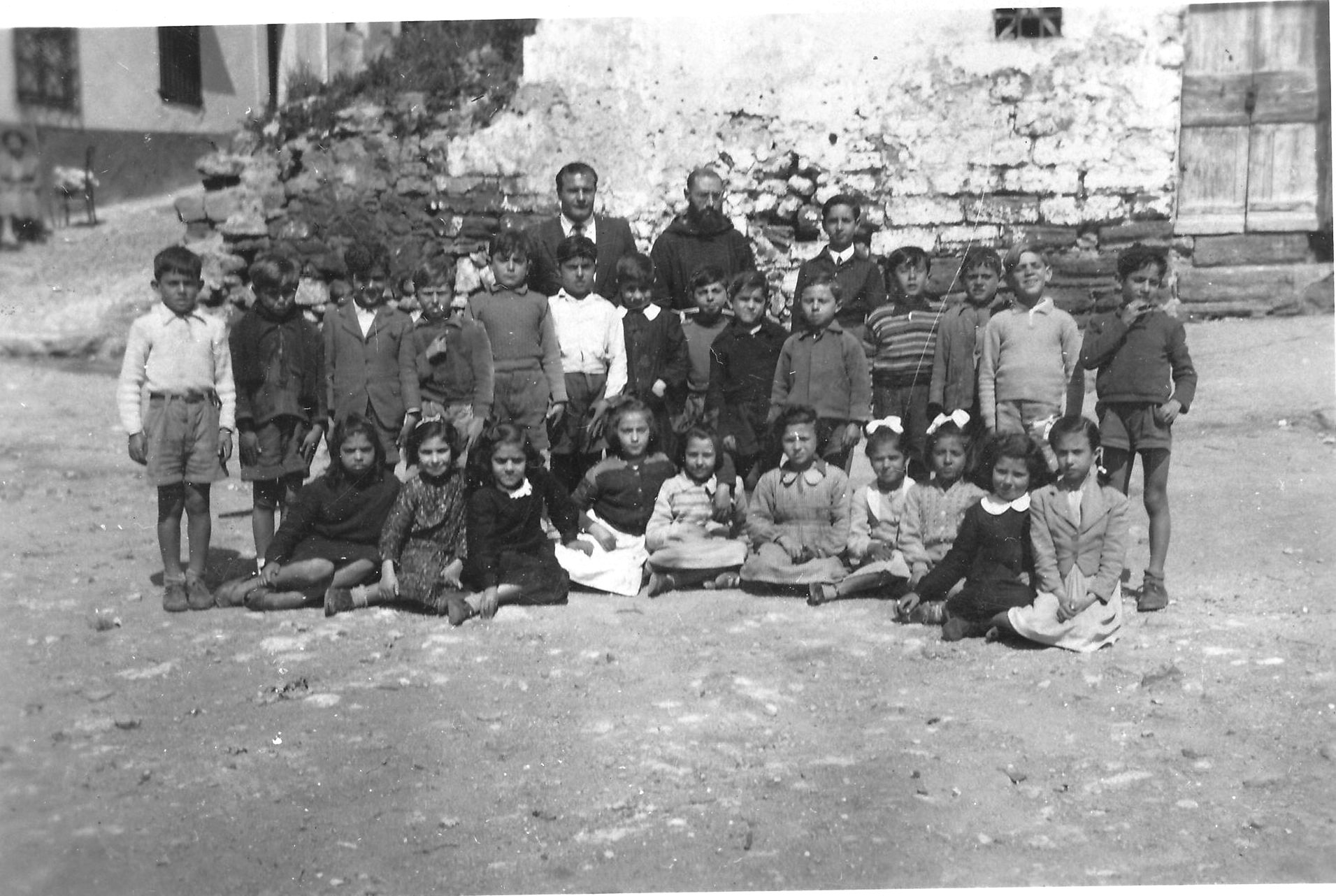 Ustica, foto scolaresca prima dell'ora di religione