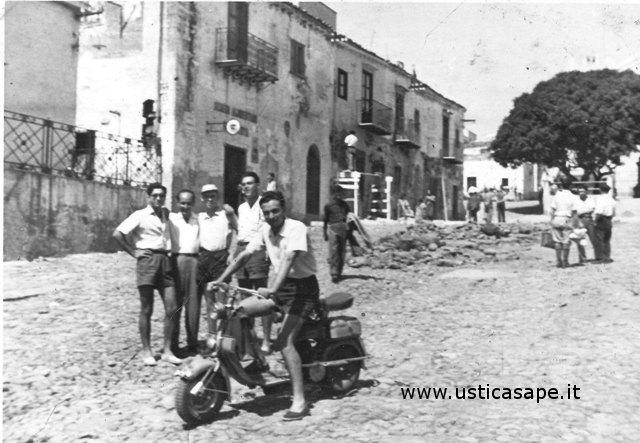 Ustica, Fato Amici e alle spalle lavori in piazza
