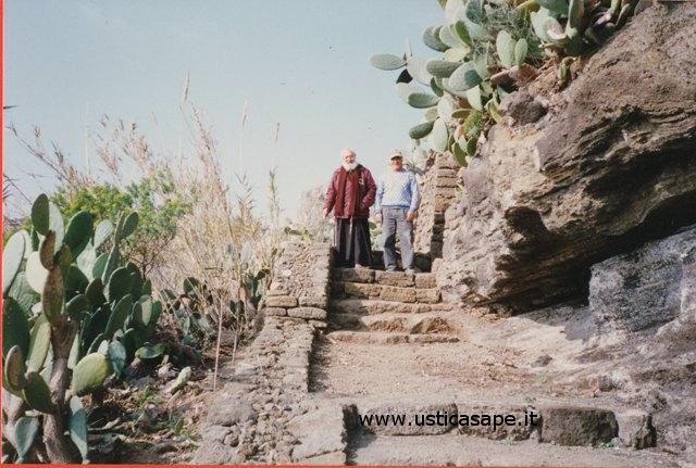 Padre Carmelo alla ricerca di reperti archeologici