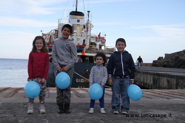 Ustica, bella immagine gioiosa di bambini