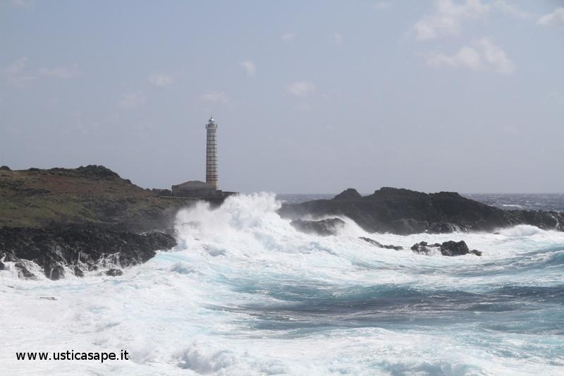 Ustica faro Punta Cavazzi,  Mare molto mosso