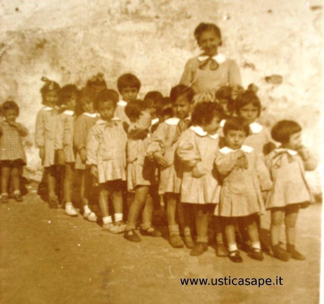 Ustica, compagni di scuola 1947-48 insegnante Calderaro