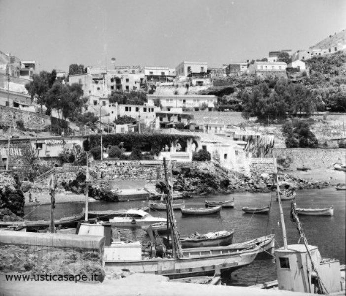 Ustica, paese visto dal porto