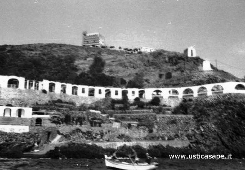 Ustica, Hotel Grotta Azzurra visto dalla nave arrivando da Palermo