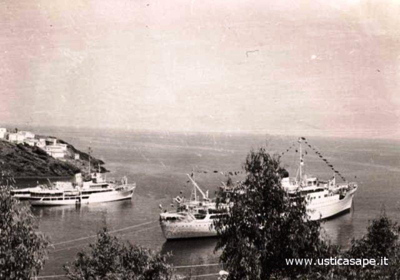 Ustica, gita domenicale - due navi in attesa imbarco turisti