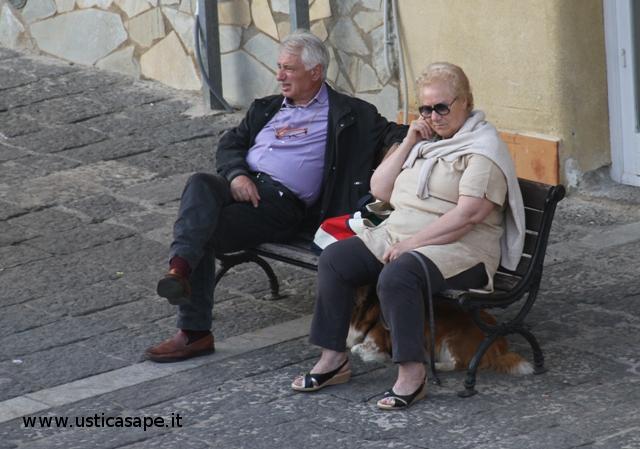Ustica, pensionati Mino ed Emilia seduti sulla panchina delle riflessioni