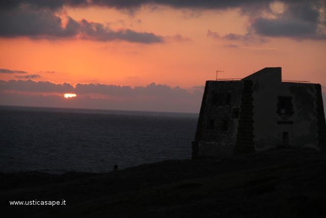 Ustica Spalmatore, tramonto con torre