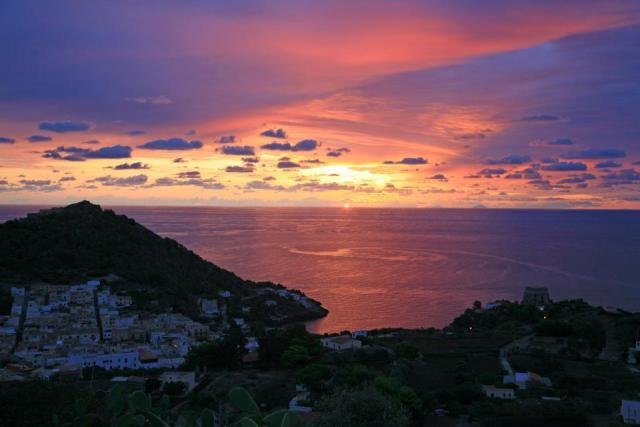 Ustica si sveglia con una meravigliosa alba