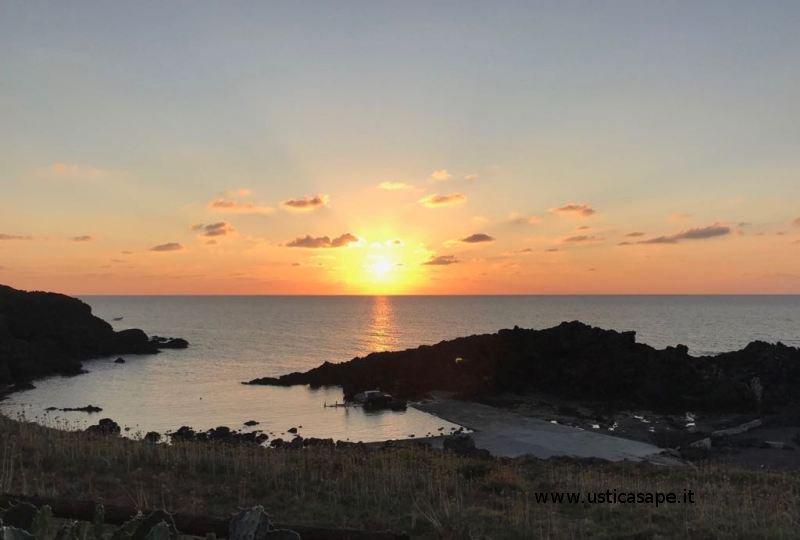 Ustica caletta faro Punta Spalmatore, tramonto