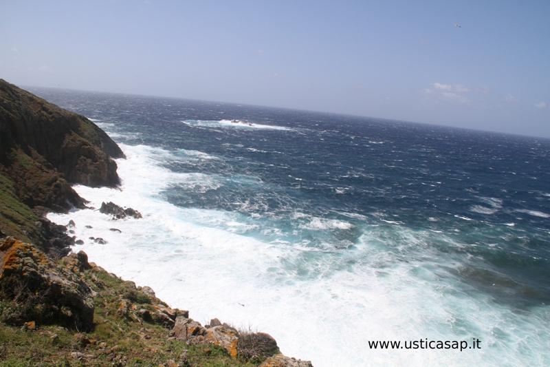 Ustica, mare molto mosso