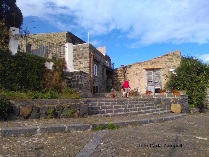 Particolare angolo di Ustica con vecchie case