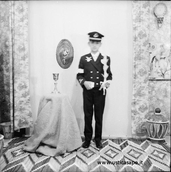 Giorno delle prima comunione di tanti anni fa ad Ustica – chi è questo bel tenente?