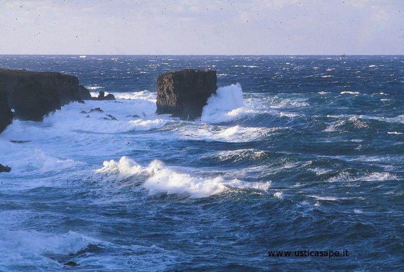 Ustica, faraglioni, mare molto mosso