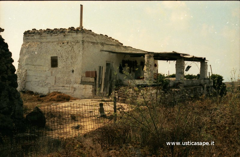 Ustica, caratteristica casa di campagna, visibili i pomodori appesi al muro