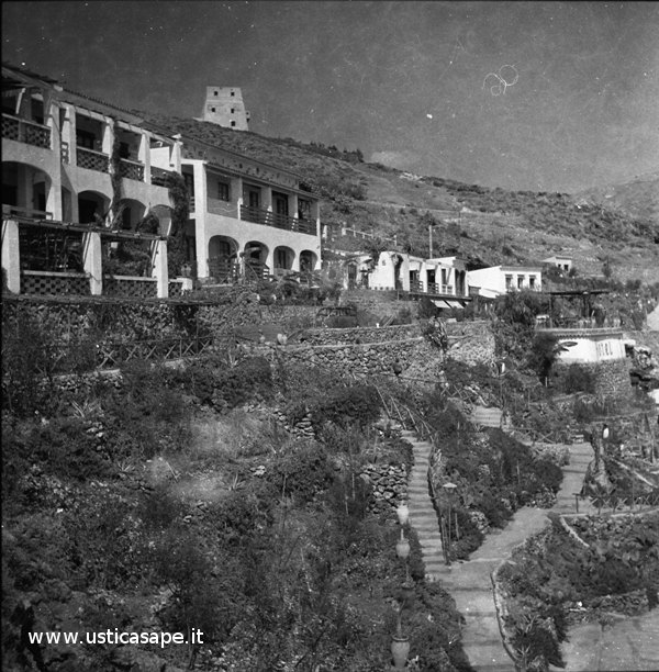 Ustica, Hotel Grotta Azzurra e torre Santa Maria