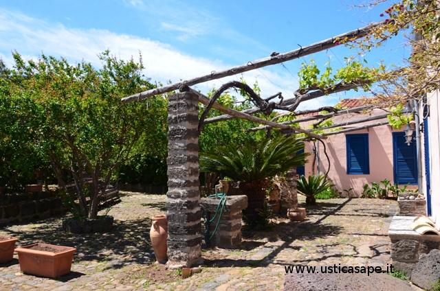 Ustica, casetta di campagna con pergola