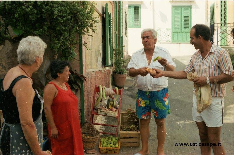 Ustica, mercatino casareccio con prodotti tipici locali. Colazione con pane e fichi.