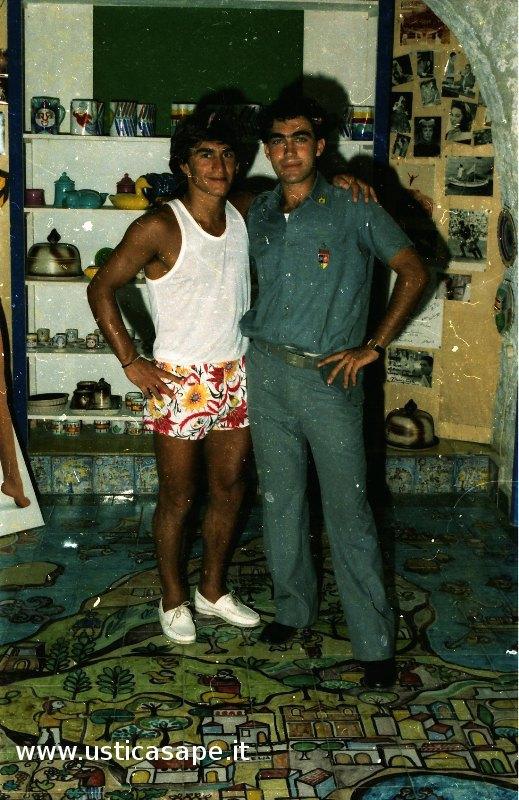 foto ricordo nella bottega d'arte Nino Betucci di Ustica