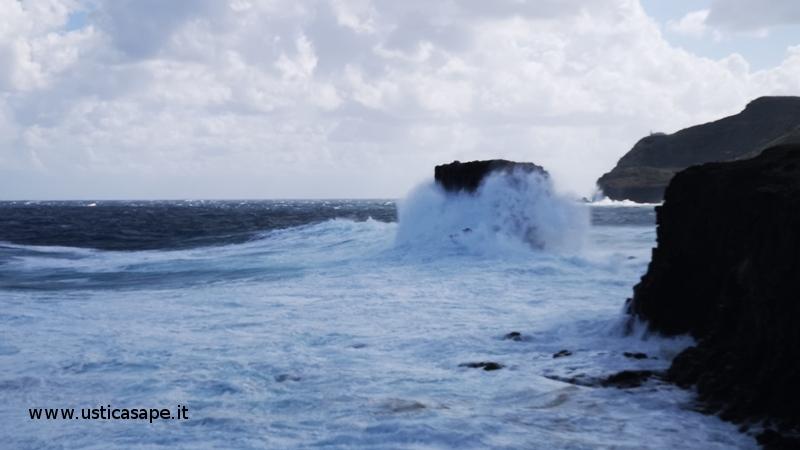 Ustica, mare agitato